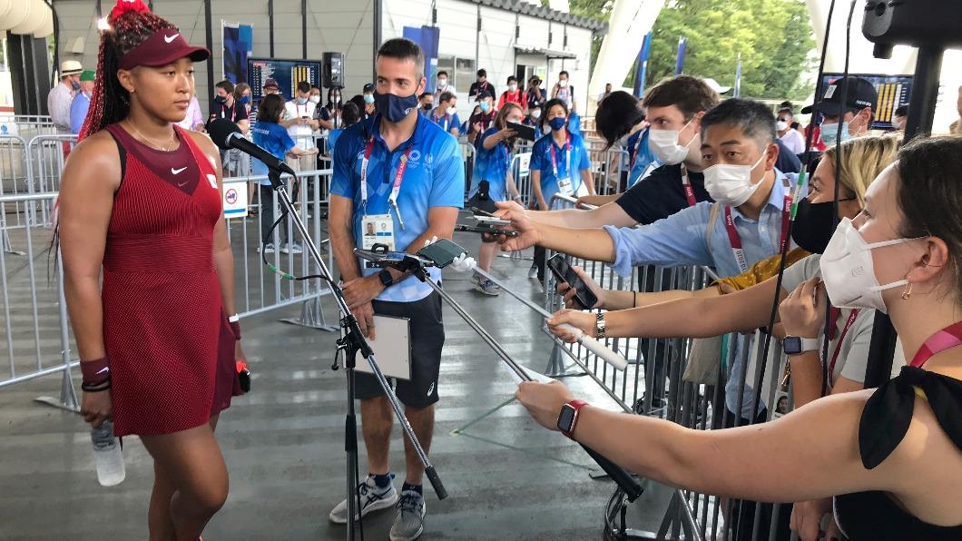 大坂直美贏球後終於首度面對媒體。(圖/達志影像美聯社) 大坂直美穿全身日本紅盛裝 開胡後首度面對媒體