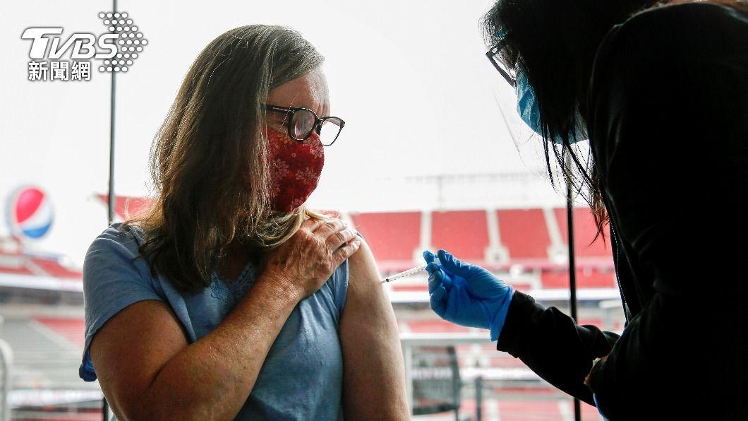 舊金山民眾陸續接種疫苗。(圖/達志影像路透社) 舊金山「未接種疫苗者」帶動疫情 專家:病毒將長存