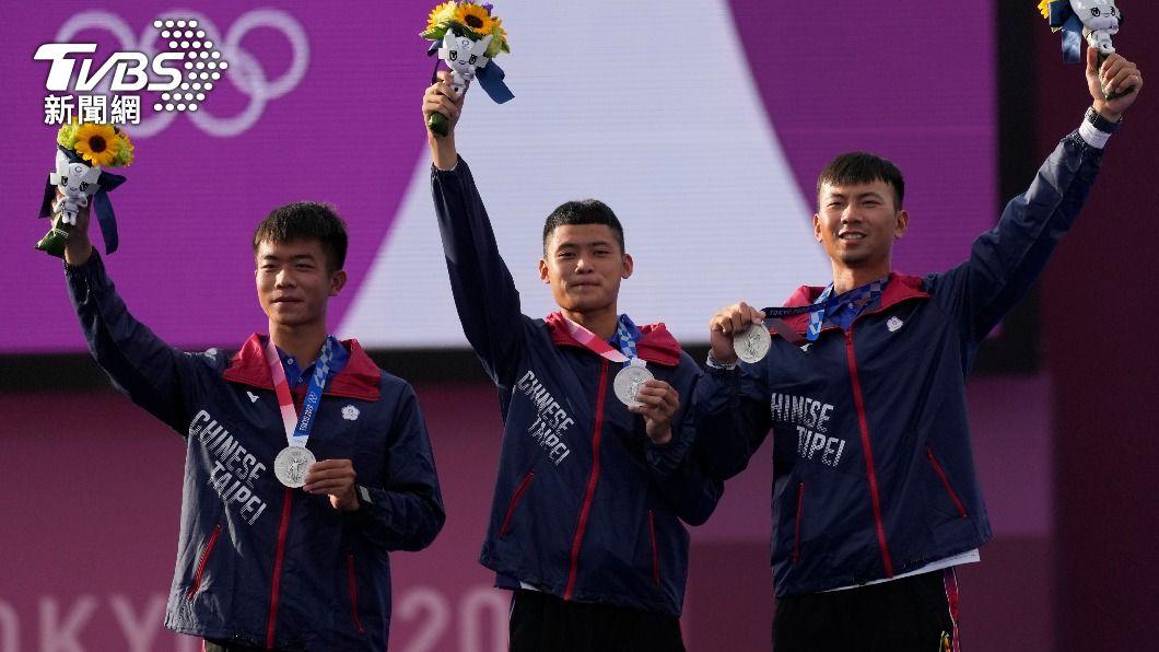 中華男子射箭代表隊拿下銀牌。(圖/達志影像美聯社) 連3天獎牌進帳!中華隊射箭男團小輸南韓 17年後再度摘銀