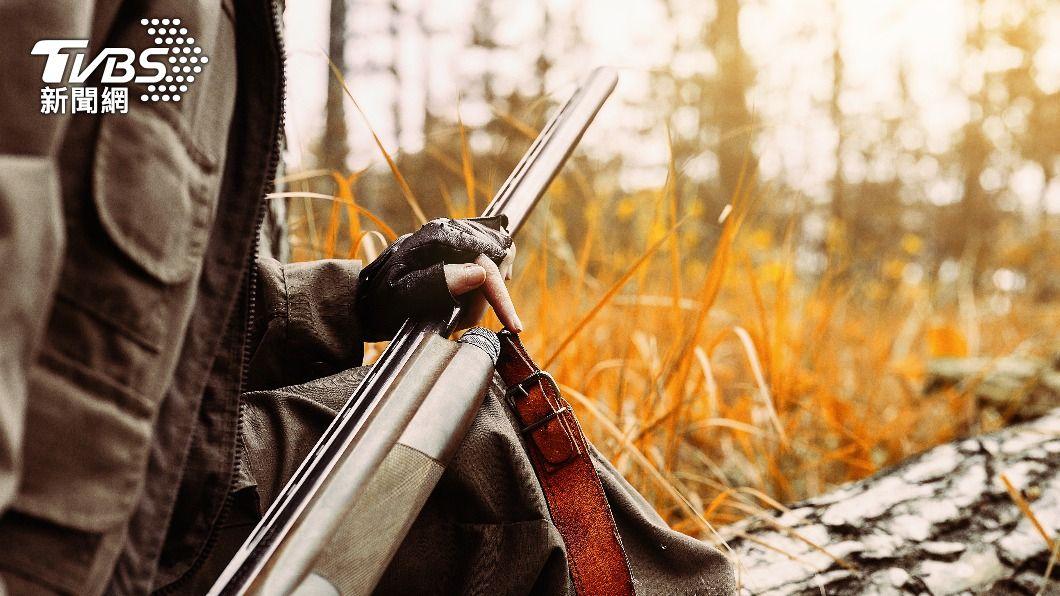 楊男深夜誤將張姓越南籍移工認為山羌,而開槍射擊。(示意圖/shutterstock達志影像) 疑誤殺山老鼠移工 南投仁愛獵人3萬元交保