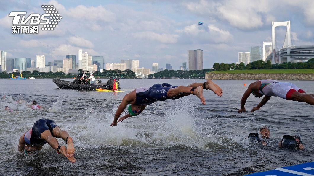 東京奧運鐵人三項男子游泳賽發生嚴重失誤。(圖/達志影像美聯社) 鐵人三項游泳比2次?攝影船擋選手 1/3人不能跳水