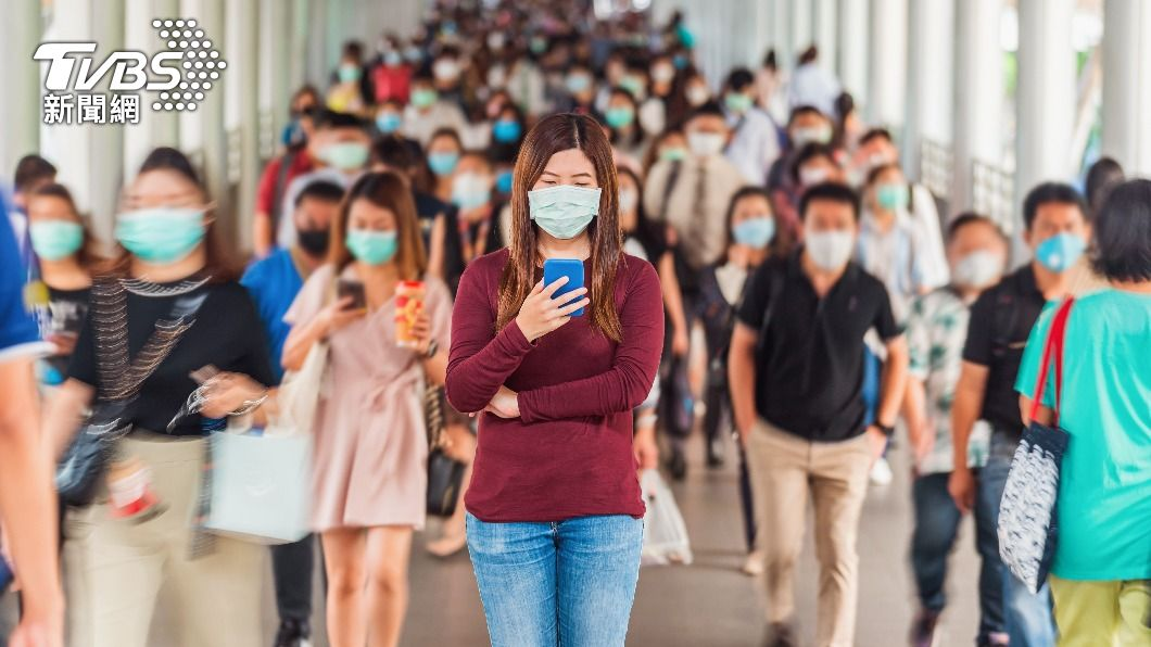 指揮中心指出,即使降級鬆綁,外出仍須戴口罩。(示意圖/shutterstock達志影像) 降級憂疫情爆發?專家指「2關鍵」 曝:機率不大