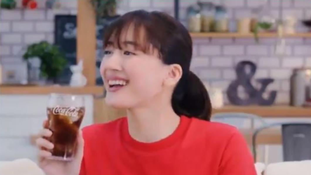 日本可口可樂推出互動式廣告,請來女神綾瀨遙代言。(圖/翻攝自可口可樂Twitter) 看奧運讓綾瀨遙幫你倒可樂!日本推互動廣告 掃碼後秒戀愛