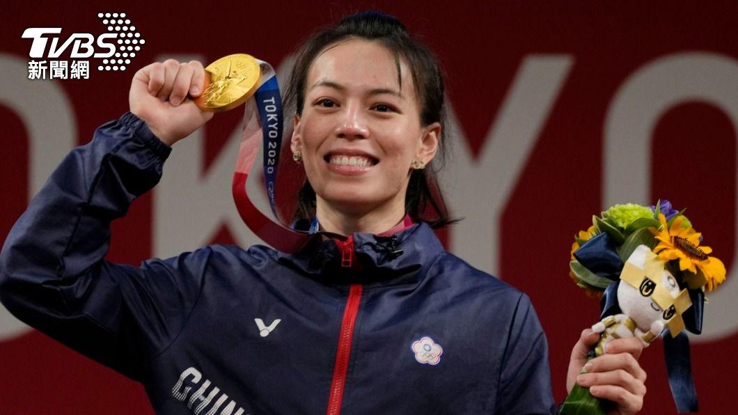 郭婞淳今日三破奧運紀錄,眼尖的網友發現,她在戰場上配戴CHANEL「外雙C」耳環。(圖/達志影像美聯社) 郭婞淳奪金牌!「幸運物」曝光 連戰場上也戴著