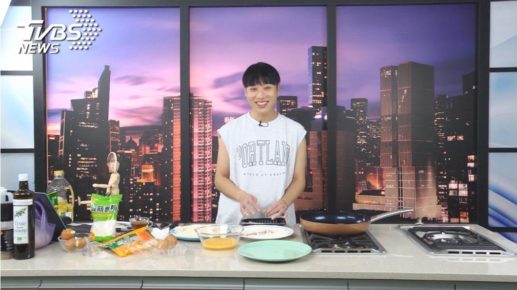 《食尚玩家魚肉鄉民》推出「動畫美食還原」特別單元,讓小賴在節目中大顯身手。圖/TVBS 小賴兒時夢想當廚師 自豪會下廚公開徵友