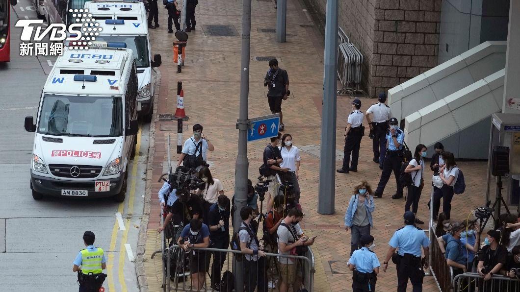 圖為27日媒體與港警聚集在法庭外等待唐英傑。(圖/達志影像美聯社) 香港首宗國安法案罪成 邊青:向世界展示法治已死