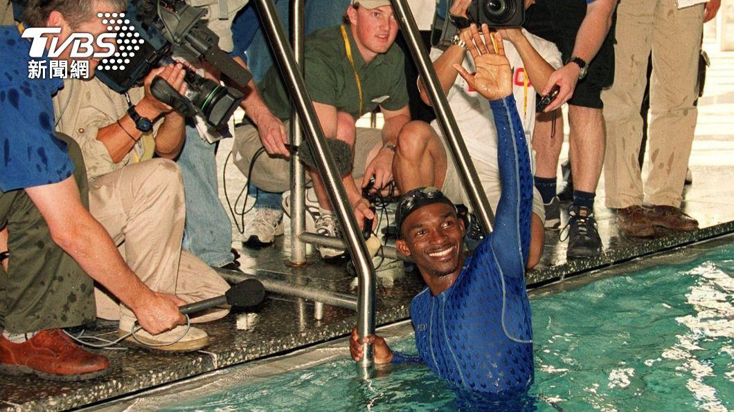 奧運「游泳最慢紀錄保持人」姆薩巴尼(Eric Moussambani)。(圖/達志影像美聯社) 奧運史上游最慢!賽前9個月學游泳 用狗爬式差點溺死