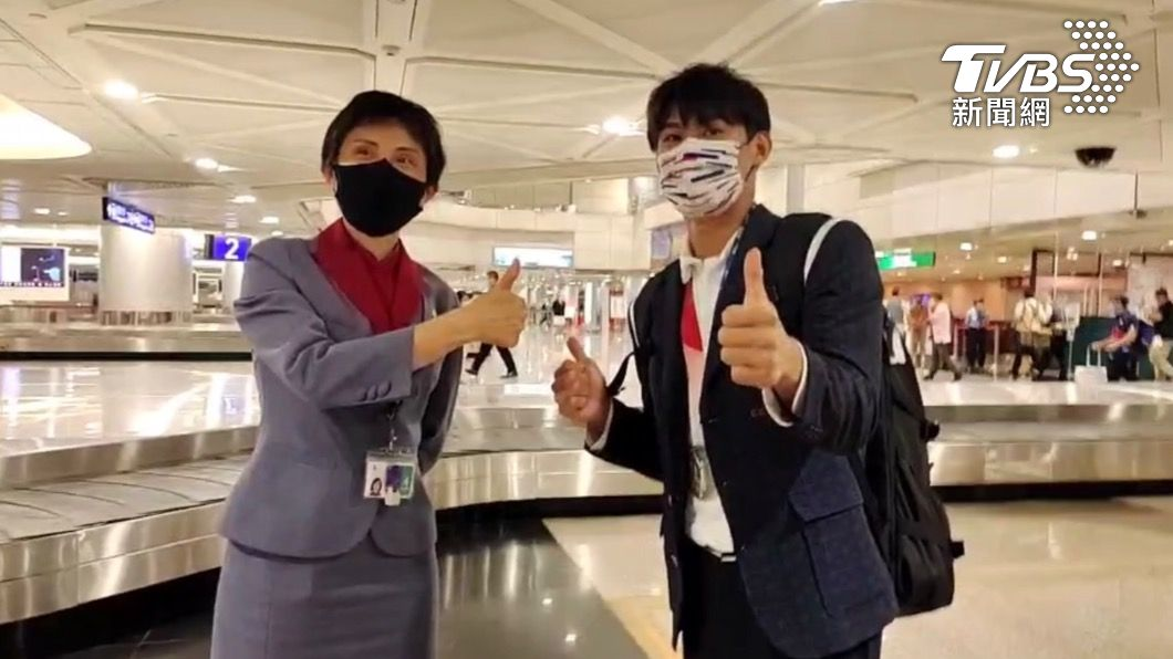 楊勇緯在機場與地勤人員合影。(圖/TVBS) 楊勇緯送接機粉絲3飛吻!轉頭向地勤致謝 撞紅龍險跌倒