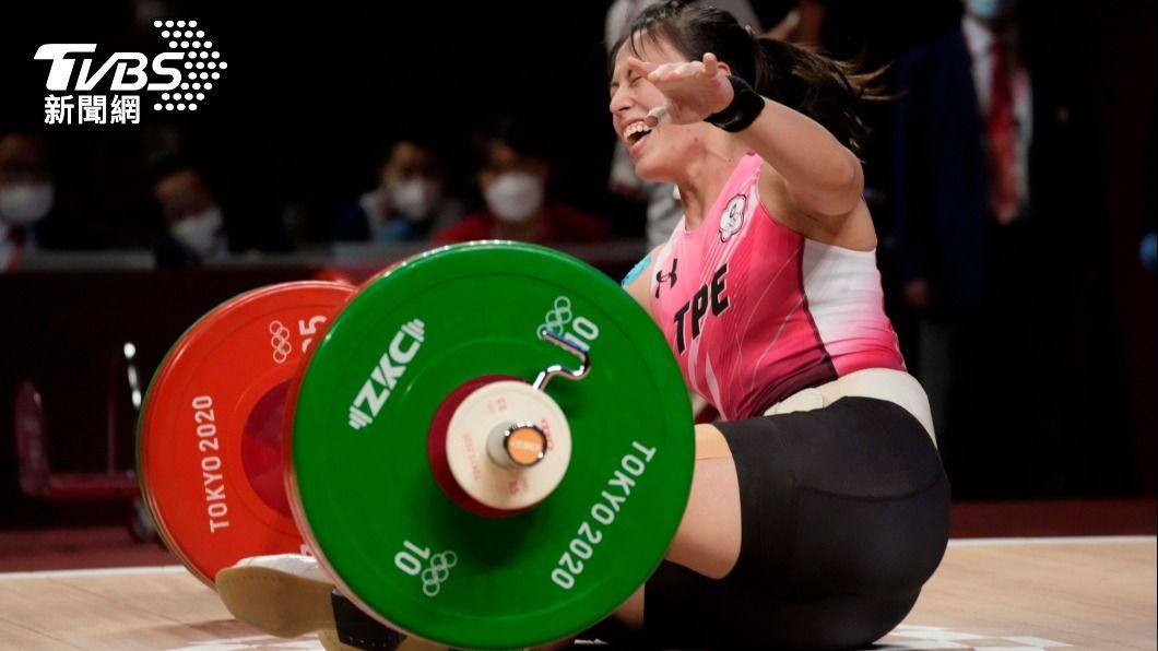 郭婞淳摘下女子舉重59公斤量級金牌。(圖/達志影像美聯社) 郭婞淳教練熊抱扯性騷 前球員怒吼:台灣進入低智商時代