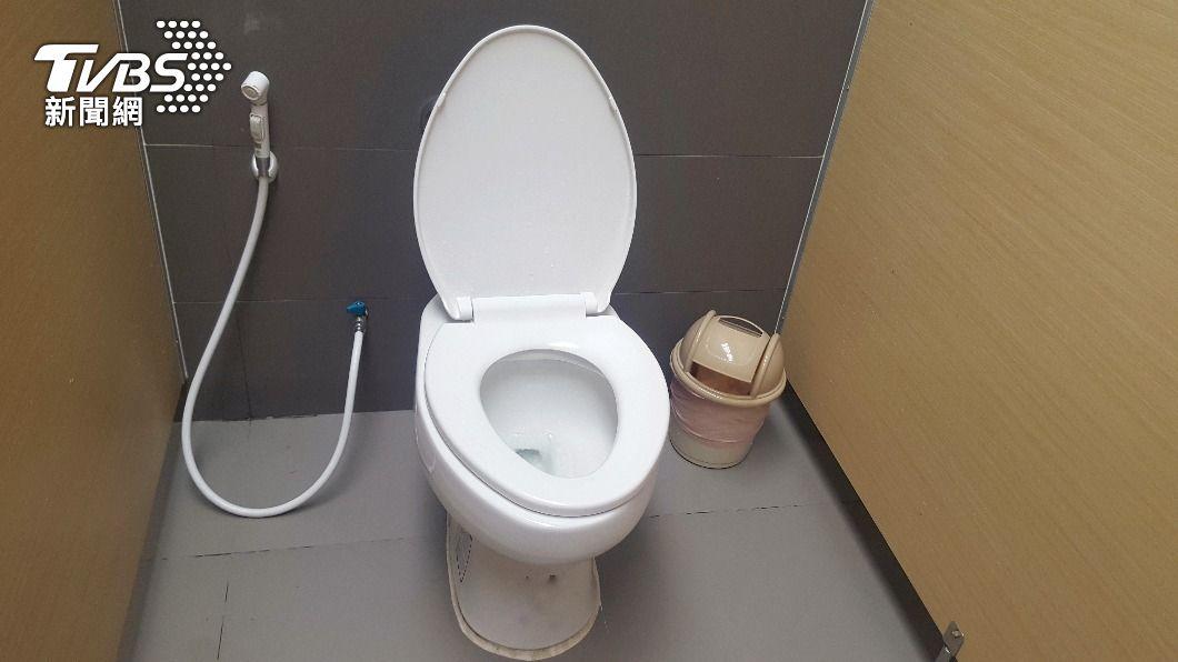 原PO及時打開廁所門,險些讓女子就地解決。(示意圖/shutterstock達志影像) 女闖加油站借廁所!見門鎖住隨地解放 員工怒:整間尿騷味