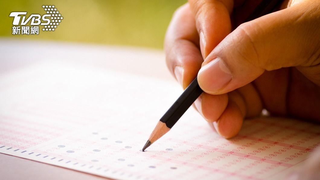 今(29)日是大學指考第2天考試,考試科目為數乙、國文、英文與數甲。(示意圖/shutterstock達志影像) 指考第2天考國英數 手機須完全關機、保持防疫距離