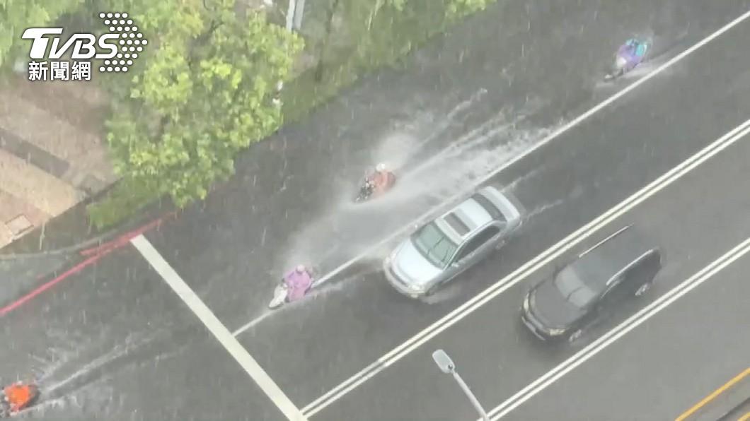 氣象局發佈大雷雨特報。(示意圖/TVBS) 水彈狂襲北北基!14縣市大雨特報 慎防雷擊、淹水