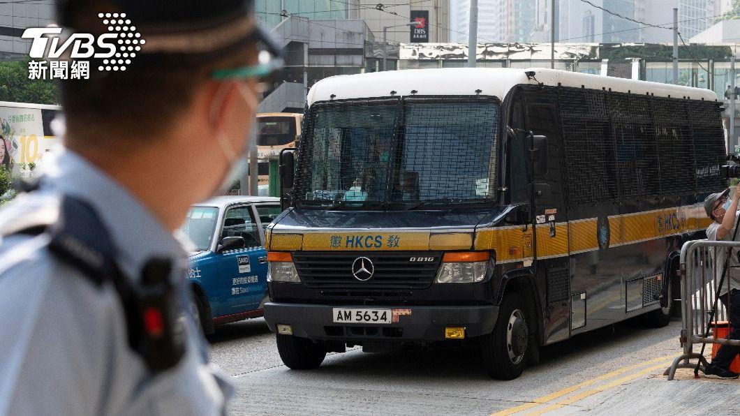 警車載著唐英傑前往法庭。(圖/達志影像美聯社) 香港首宗國安法案被告求情 稱後悔求輕判
