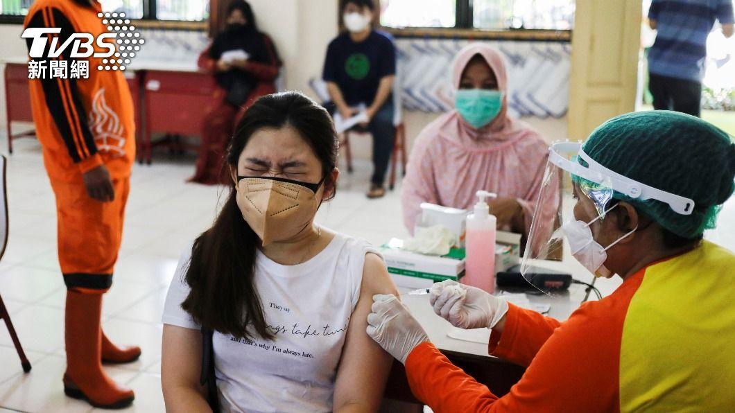 全球疫情嚴峻,各國陸續開放疫苗接種。(圖/達志影像路透社) 全球新冠疫情狂燒!日本單日確診破萬例創新高