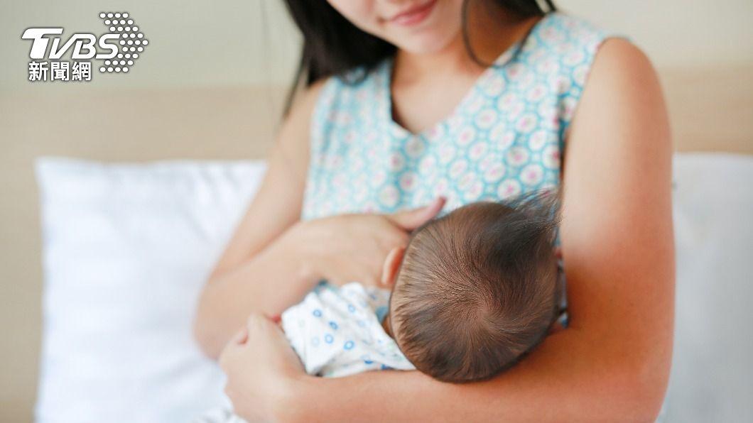 國健署指出,哺乳媽媽染疫後,仍可持續餵奶。(示意圖/shutterstock達志影像) 染疫媽媽也能哺乳!遵守「3+4」原則還可提高免疫力