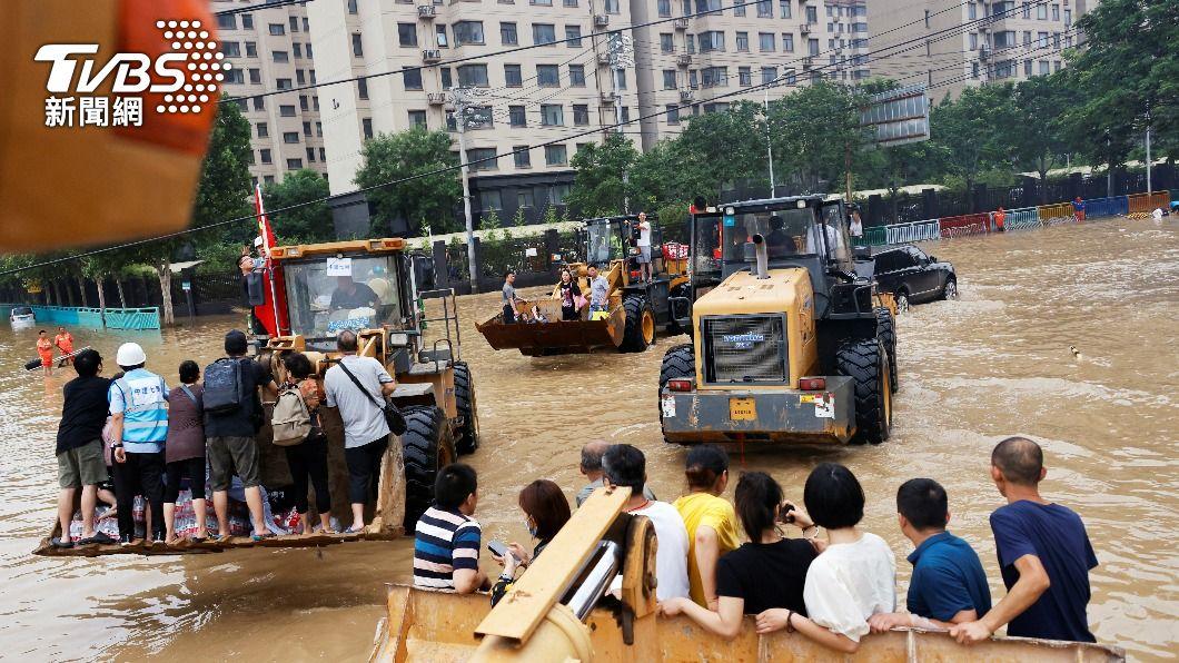 河南街道大淹水。(圖/達志影像路透社)  河南大暴雨已99人遇難 陸官方加大支持災後重建