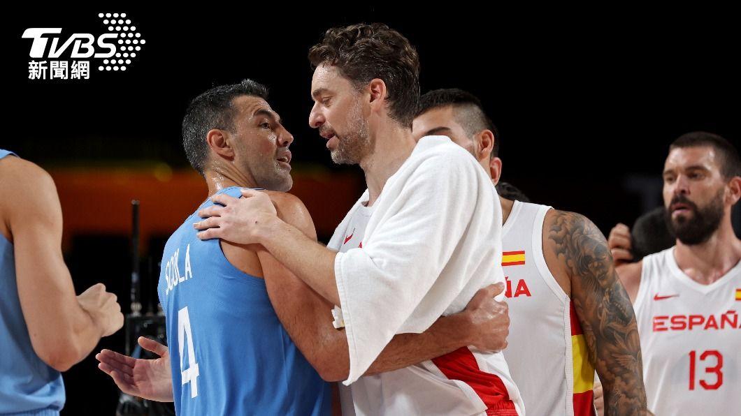 東京奧運會男籃賽場,加索碰上斯柯拉。(圖/達志影像路透社) NBA不老傳奇!41歲老將斯柯拉、加索奧運再相遇