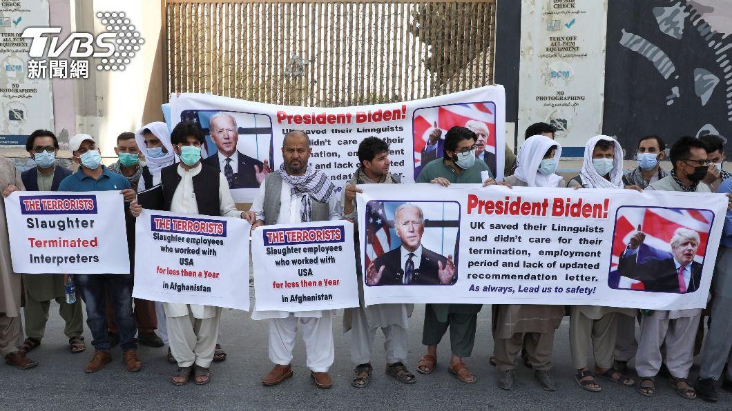 曾為美國工作的阿富汗人向拜登求救。(圖/達志影像路透社) 跟塔利班搶時間 傳首批阿富汗口譯人員已撤離至美國