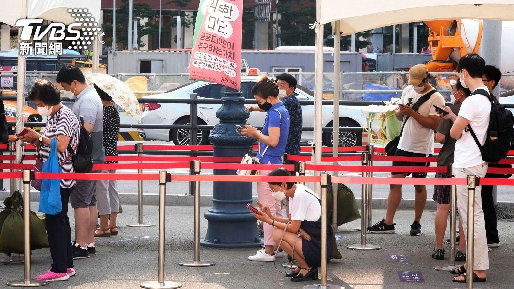 韓國確診數連續24天破千例。(圖/達志影像美聯社) 韓國單日確診連24天破千 大賣場百貨採實名制