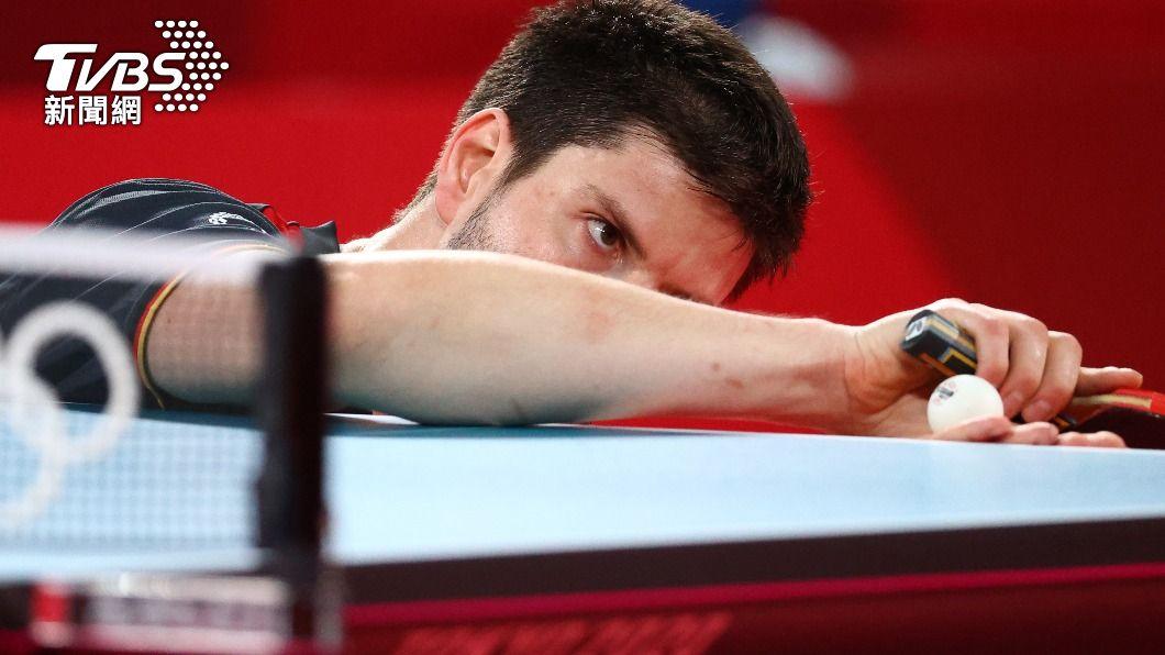 德國選手奧恰洛夫喜歡用「潛水艇式」發球。(圖/達志影像路透社) 桌球躲貓貓?林昀儒強敵「潛艇式」發球 網目睹嘴角失守