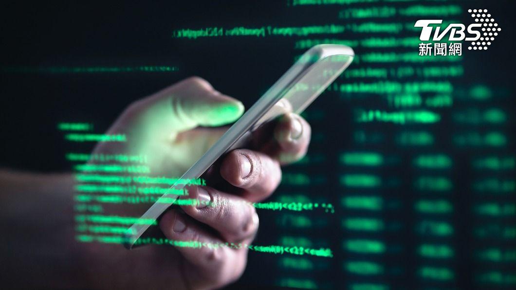 科技進步,也使得近年來通訊產品被駭客入侵、詐騙的事件頻傳。(示意圖/shutterstock達志影像) 手機警告「被不明來源入侵攻擊」 網曝真相:點了才出事