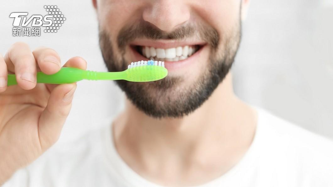 刷牙對每個人來說是每天必做的事情。(示意圖/shutterstock達志影像) 刷牙誤吞「15公分牙刷」到胃裡 陸男:不小心滑進去