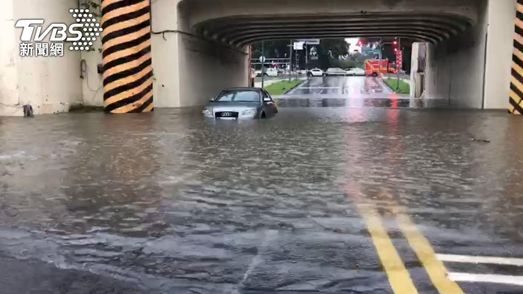 台南小東路地下道積水。(圖/TVBS) 雨彈狂襲南台灣!3縣市豪雨特報「高雄一級淹水警戒」