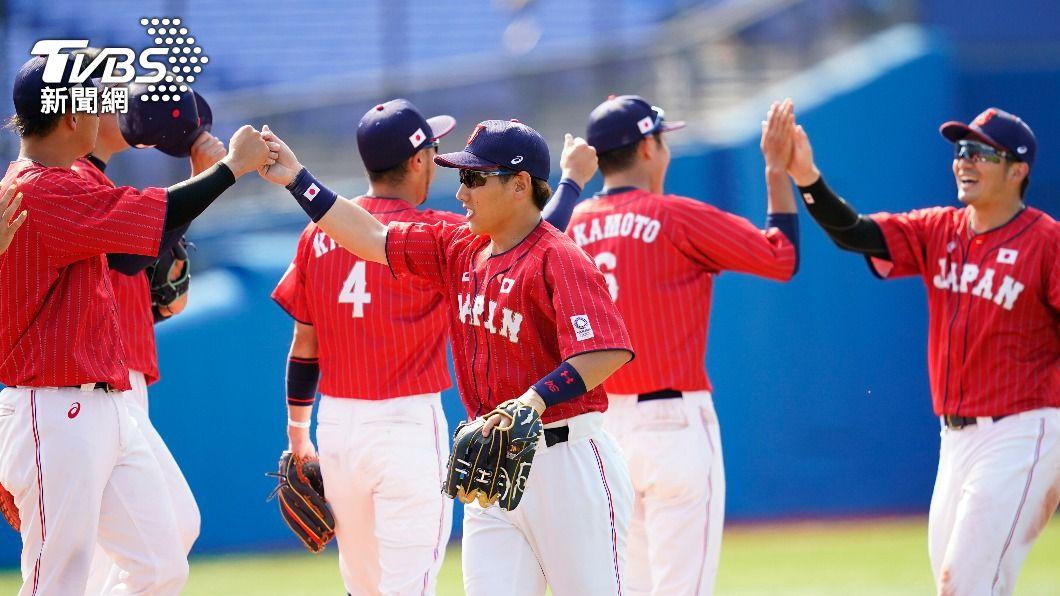 東京奧運棒球A組預賽,日本隊以7比4擊敗墨西哥開心擊掌。(圖/達志影像美聯社) 打擊炸裂!東奧棒球日本單場雙響 擊敗墨西哥奪分組第1