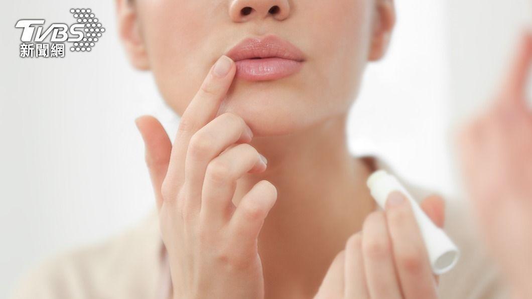 醫生提醒,唇部皮膚也需要做好防曬工作。(示意圖/shutterstock達志影像) 小心!輕忽「唇部」防曬恐罹癌 食藥署教3招挑選護唇膏