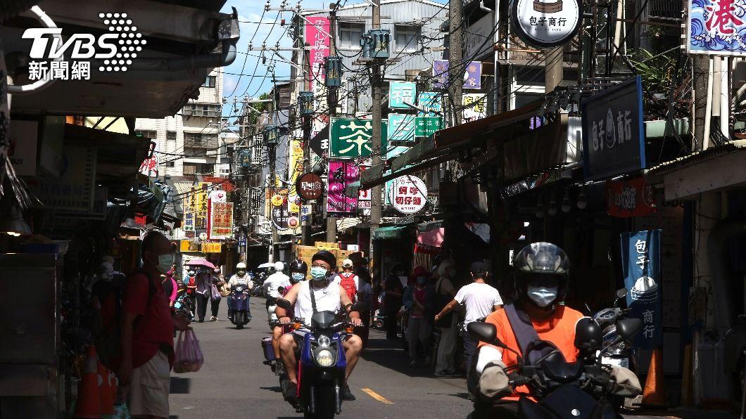全國降至二級警戒後,街道人潮逐漸增加。(圖/達志影像路透社) 死亡「+0」掰了!再添12例本土確診、2人病歿