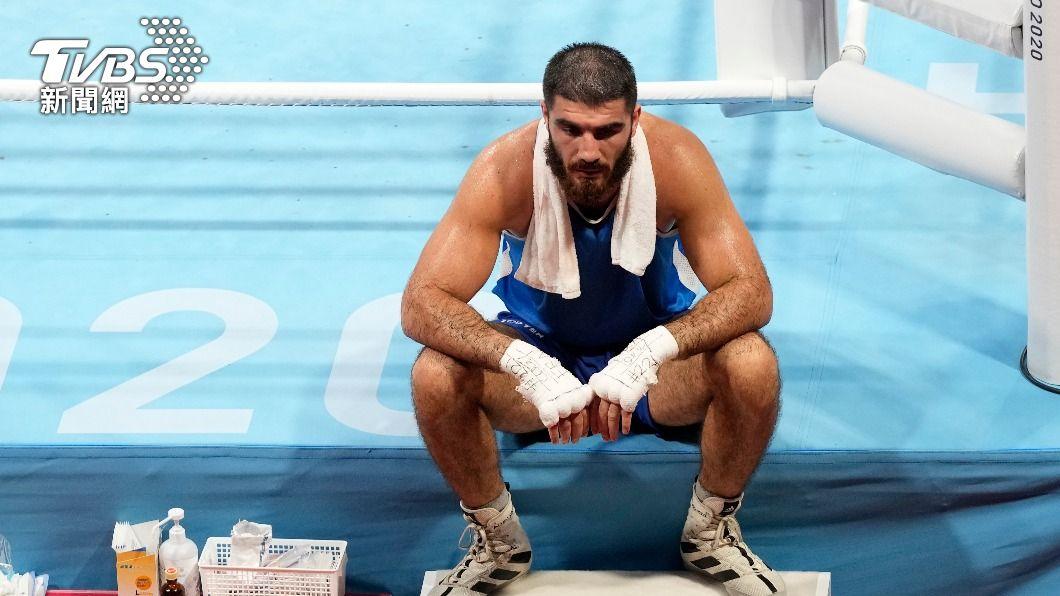 阿里耶夫賽後坐在擂台邊抗議。(圖/達志影像美聯社) 法國拳擊手疑「頭槌」遭判失格 憤怒狂吼、靜坐擂台抗議