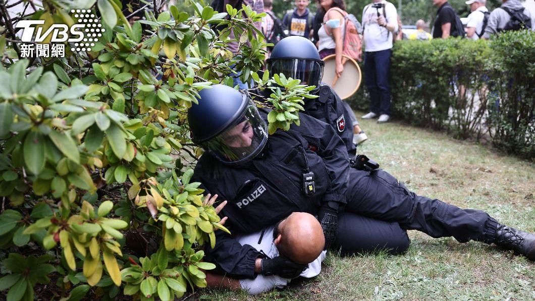 反對防疫封城的德國民眾與警方發生衝突。(圖/達志影像路透社) 抗議防疫禁!柏林調動逾2000名警壓制民眾