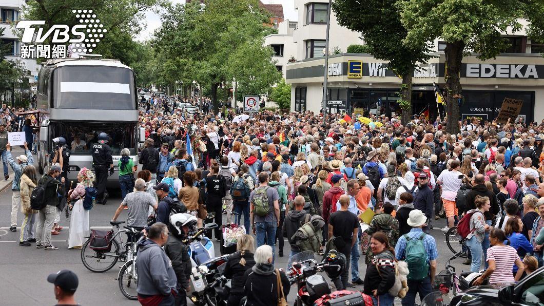 德國民眾抗議防疫封鎖措施。(圖/達志影像路透社) 德柏林民眾街頭抗議防疫措施 逾600人遭拘捕