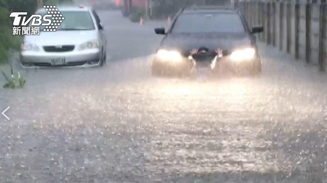 北港嚴重淹水。(圖/TVBS) 雲林降大雨多處積淹水 北港中午12點起停止上班上課