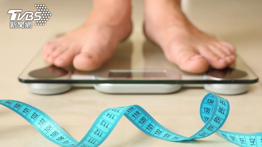 許多人在減肥時,都會遇到撞牆期。(示意圖/shutterstock達志影像) 減肥遇撞牆期好難受!5大指標比「體重」更有價值
