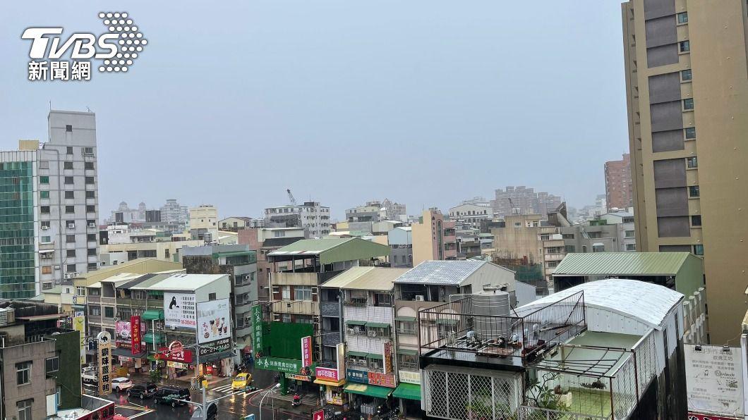 台南天色一片灰濛濛,局部地區出現強降雨。(圖/中央社) 外出小心!外海強對流移入台南上空 局部地區強降雨
