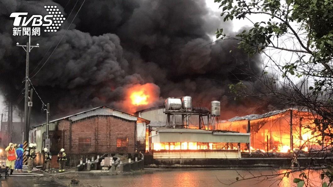 台南一座倉庫大火。(圖/中央社) 台南下營原物料倉庫大火 濃煙直衝天際幸無人傷亡