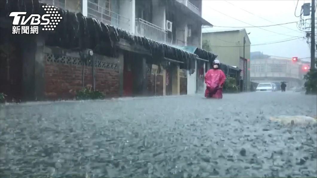 颱風「盧碧」減弱為熱帶性低氣壓後,風雨依舊不能小覷。(示意圖/TVBS資料畫面) 苗栗國「超準時」停班停課! 鄉民不意外喊:客家精神
