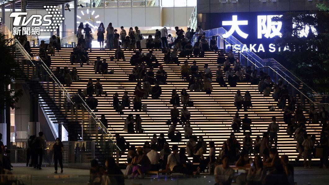 大阪站附近人潮依舊。(圖/達志影像美聯社) 日本大阪4度緊急事態上路 民眾酒照喝街照逛
