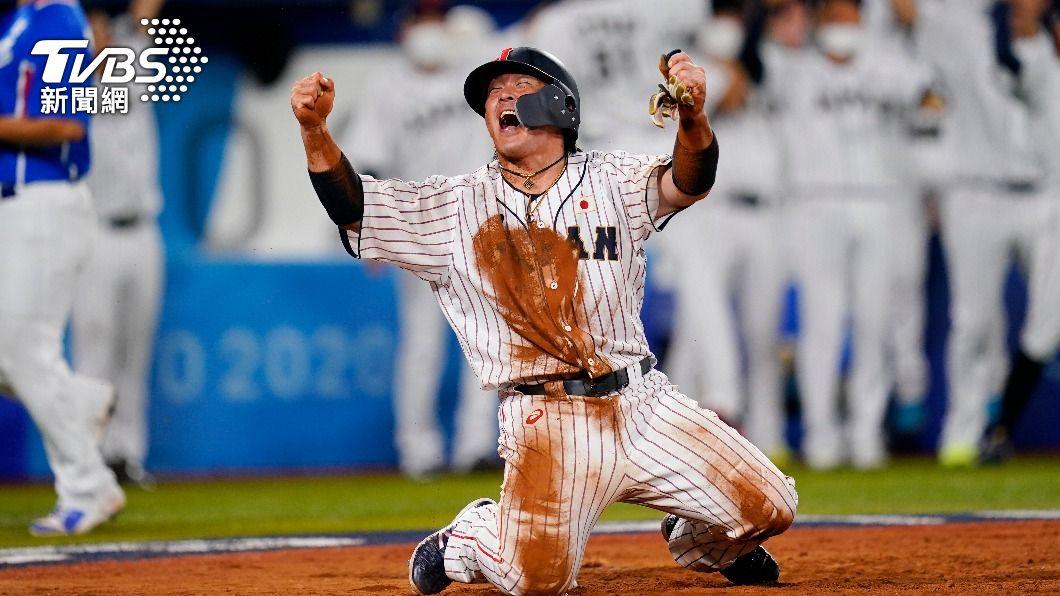 日本隊挺進東奧棒球金牌戰,甲斐拓也跪地吶喊。(圖/達志影像美聯社) 擊退南韓!日本鏖戰8局「1棒清壘奪3分」 挺進金牌戰