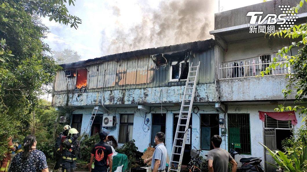 雙溪民宅大火,10歲女童受困救出後已經沒有生命跡象。(圖/TVBS) 跑不了!無情大火燒毀床壓住10歲女童 救出已無生命跡象