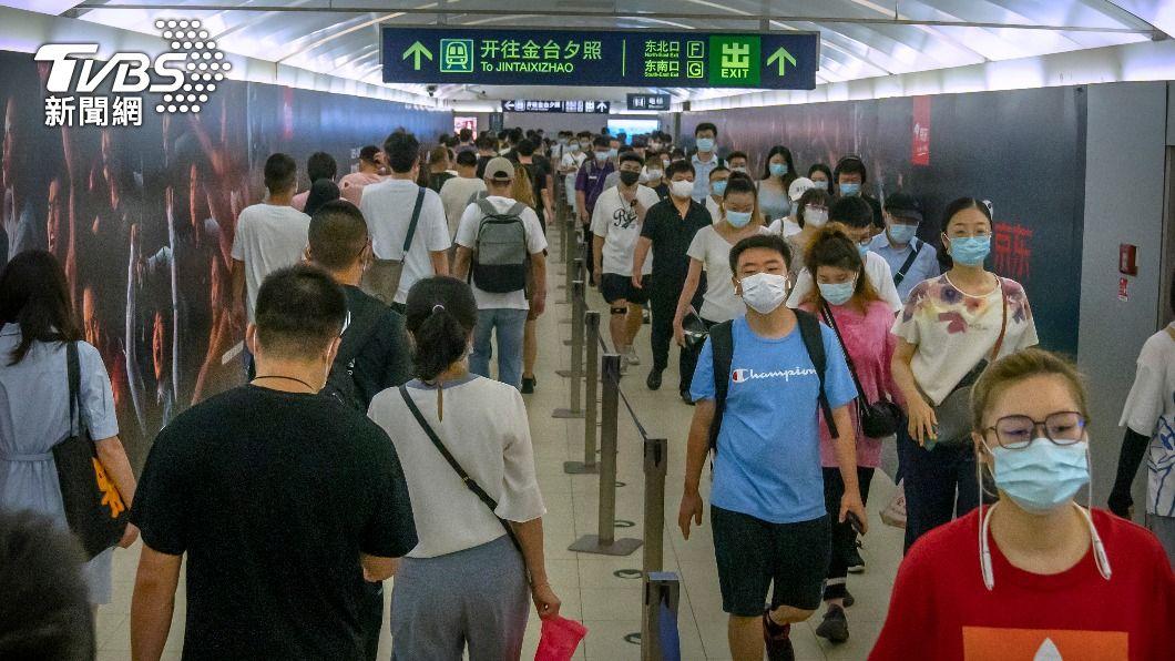 北京地鐵乘客佩戴口罩避免遭病毒感染。(圖/達志影像美聯社) 北京也淪陷!大陸Delta連環爆 確診者謊報足跡遭逮