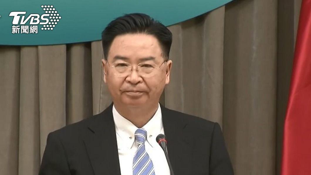 外交部長吳釗燮LINE群組內容遭爆料。(圖/TVBS資料畫面) 吳釗燮爆因「沒秒回訊拔官」對話曝 官員嚇歪帶手機洗澡