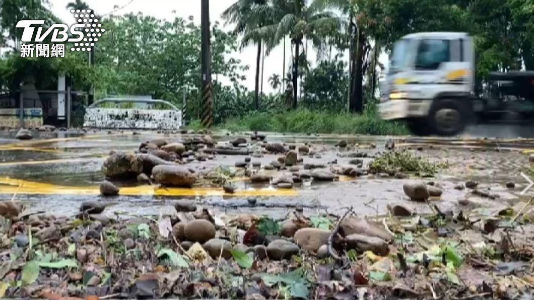 高雄市大雨停班停課。(圖/TVBS) 颱風外圍環流影響!高雄土石流警戒 多區停班停課