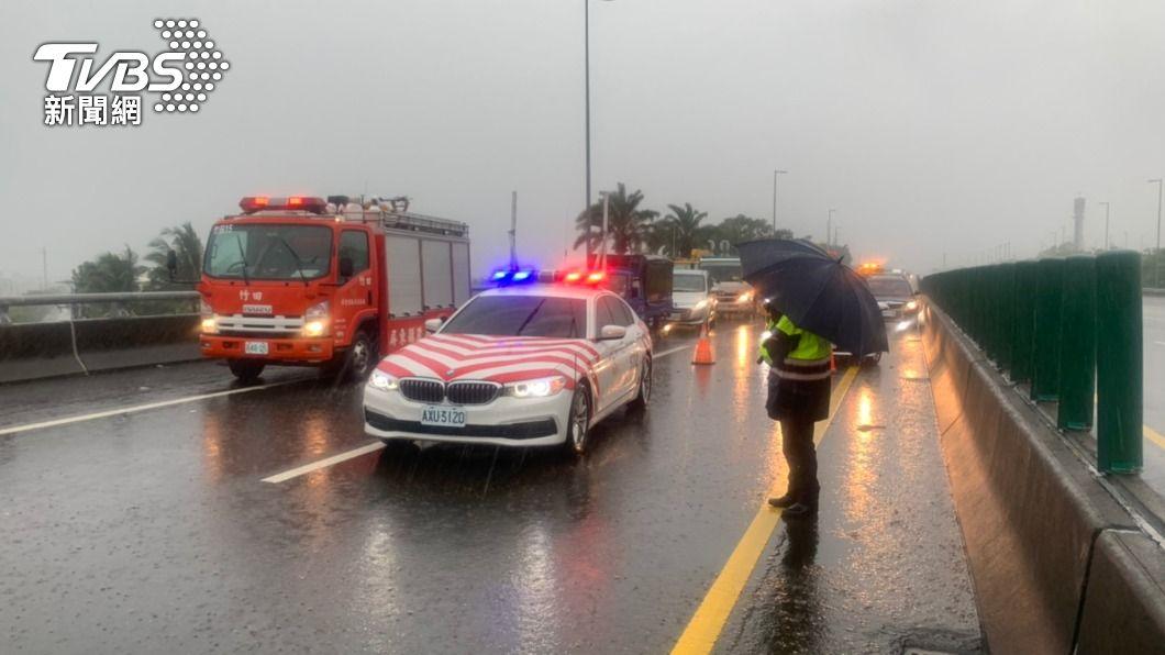 屏東多處傳出坍方、車禍意外。(圖/TVBS) 外圍環流大雨狂炸 屏東多處傳出坍方、車禍意外