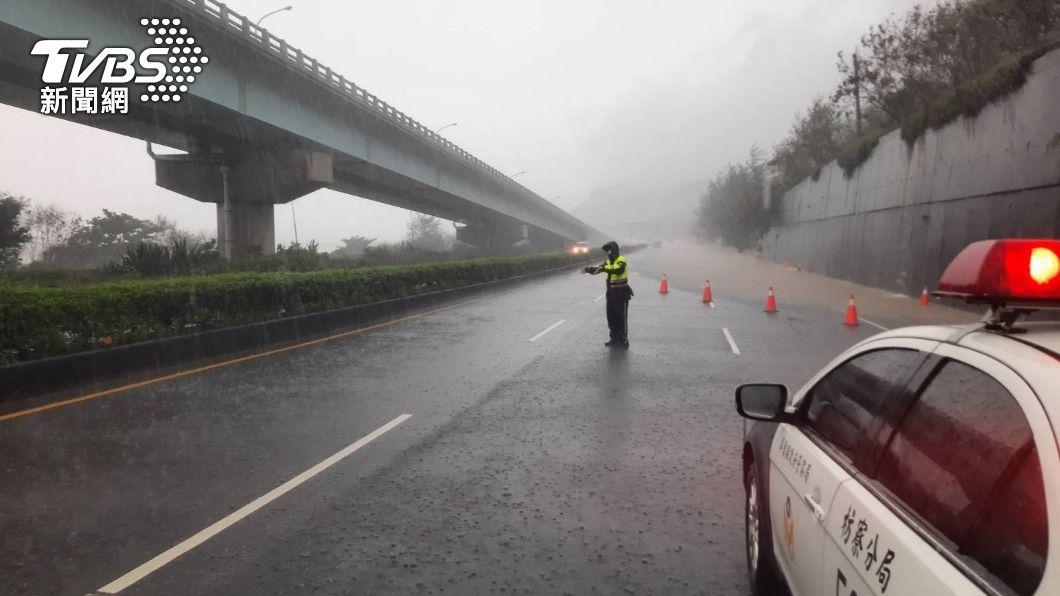 颱風加上西南氣流雨勢驚人。(圖/TVBS資料畫面) 豪雨恐亂父親節!盧碧降級回馬槍 中心恐登北台灣陸地