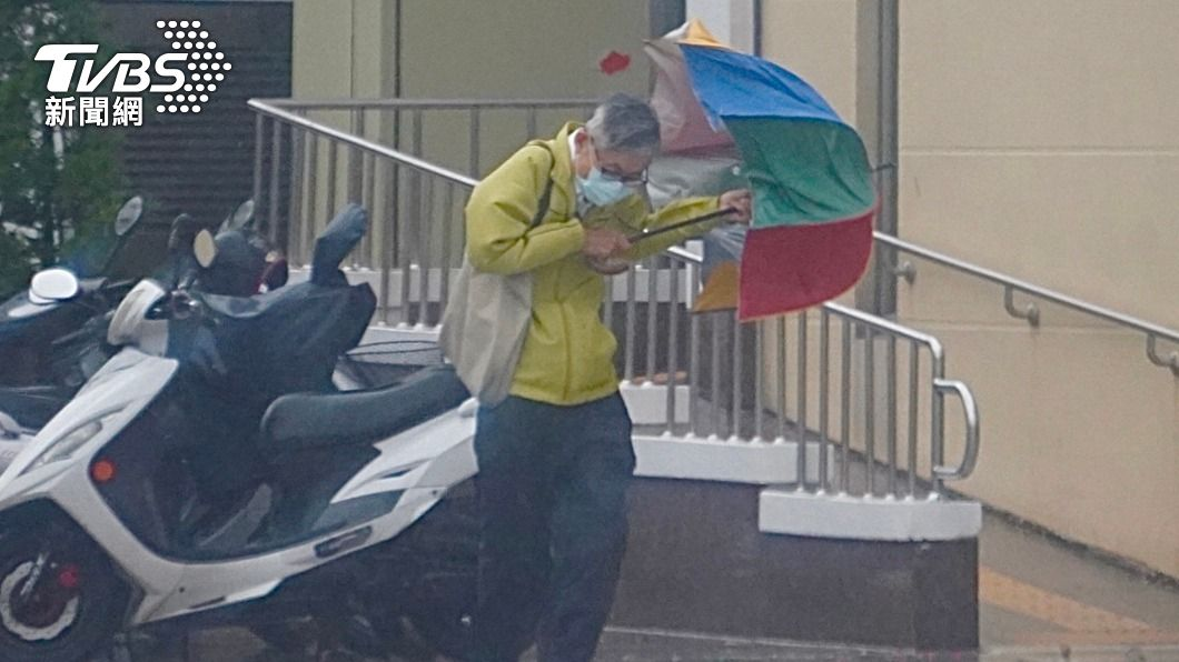 (圖/中央社) 颱風盧碧可能轉向襲台 季風氣流挾水氣防致災性降雨