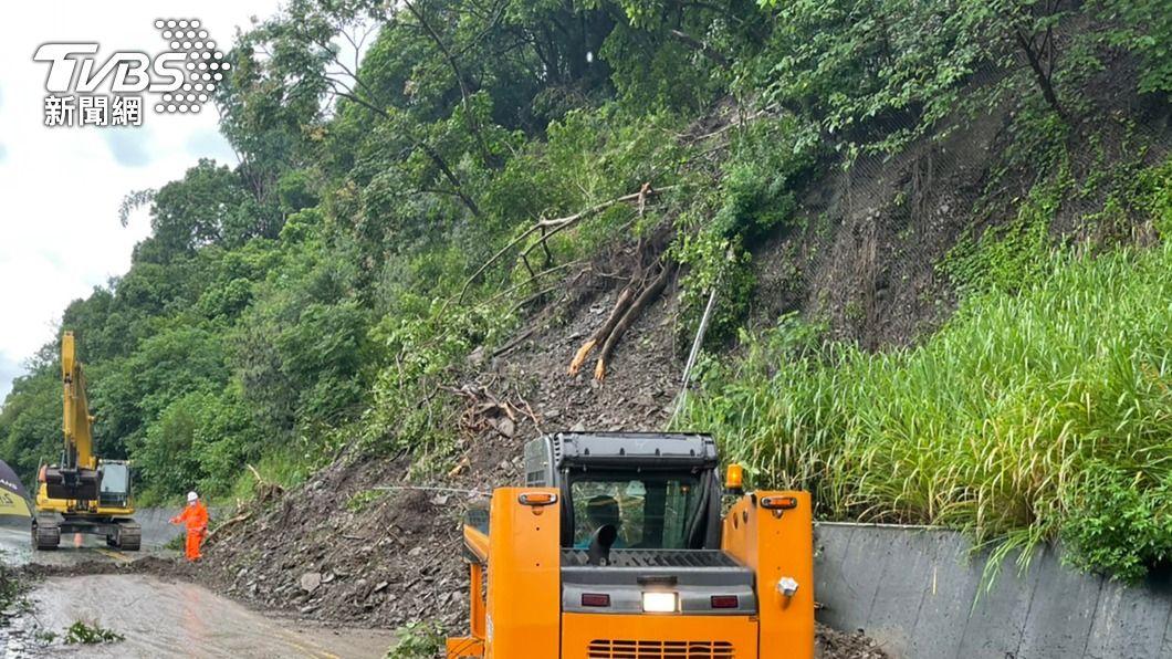 連日大雨,邊坡土石易滑落。(示意圖/中央社) 颱風盧碧影響 高雄1處大規模崩塌紅色警戒
