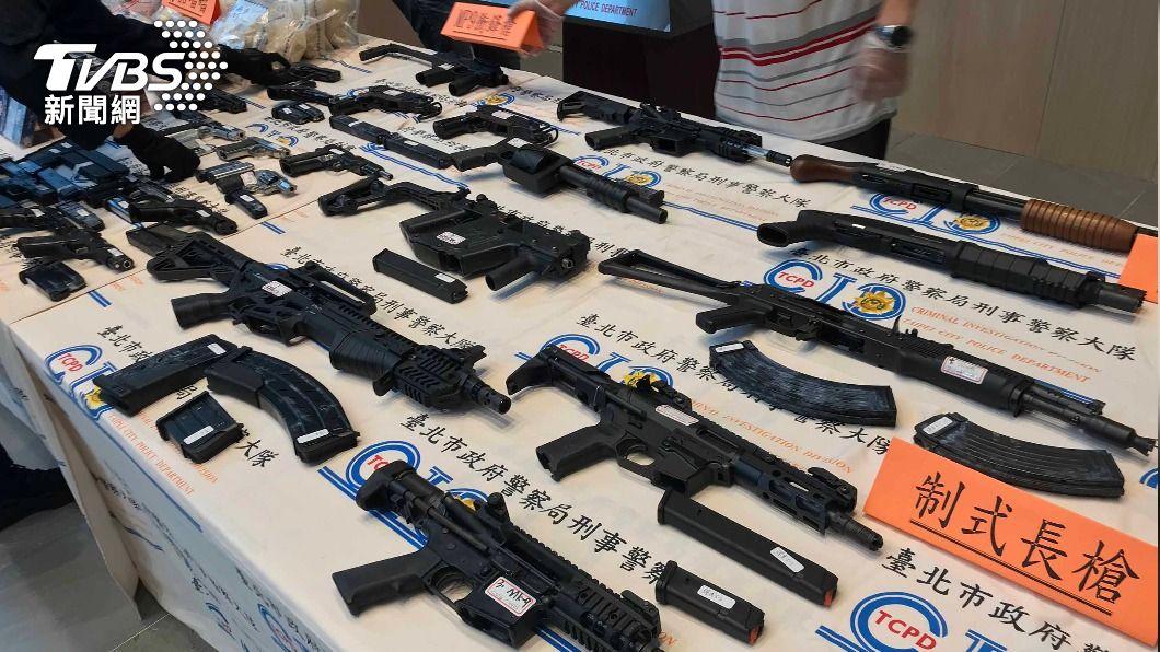 (圖/中央社) 北市警破獲黑幫軍火庫 查扣24把槍械逾千顆子彈