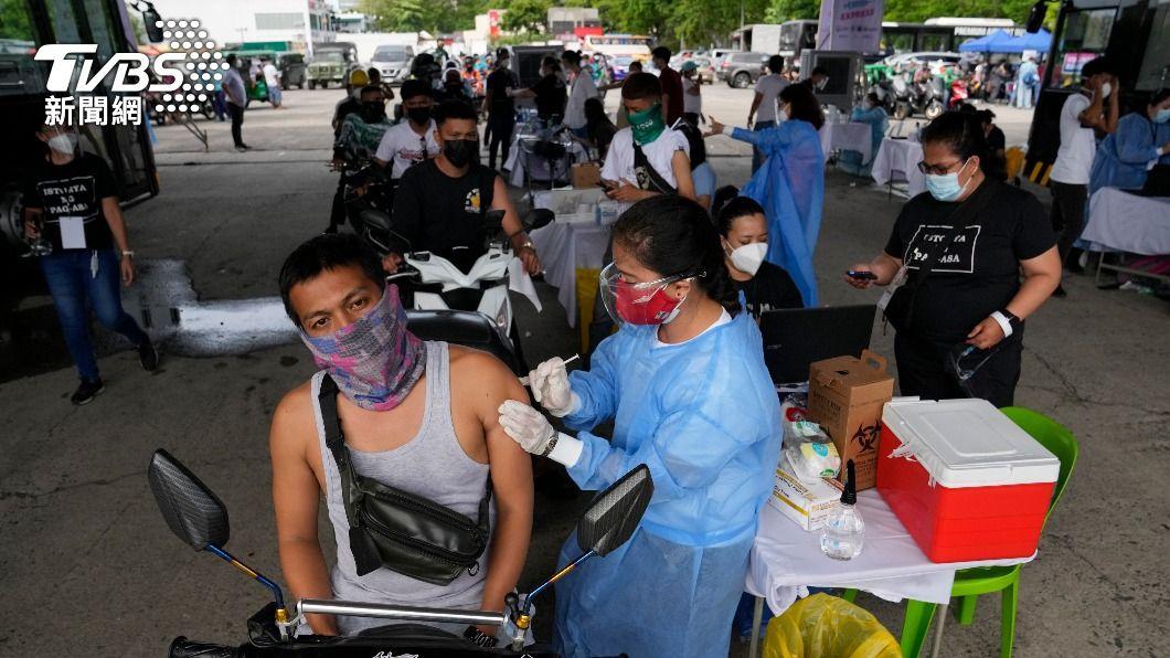 菲國政府積極推動疫苗接種計畫。(圖/達志影像美聯社) 網路謠傳不打疫苗沒補助領 馬尼拉千人湧接種站